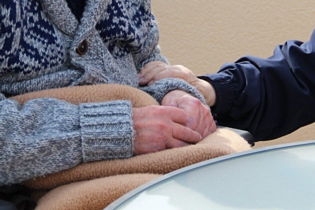 登録ヘルパーが介護者に話しかける画像