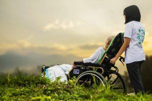 登録ヘルパーが介護者と散歩する画像